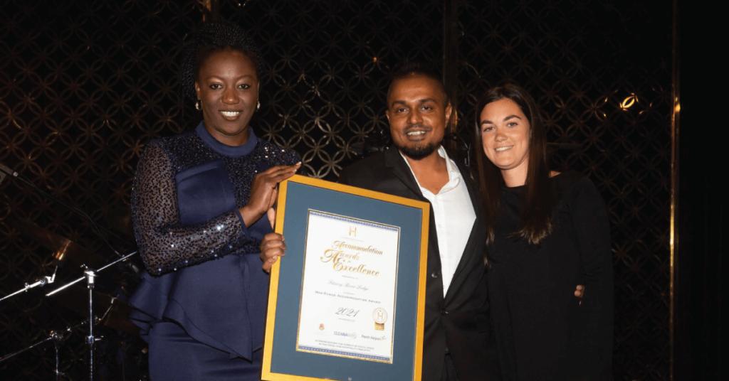 Cleanaway业务发展经理Sandra Madovi为Fitzroy River Lodge颁发最佳中档酒店奖
